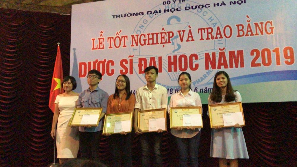 Công ty Botania trao học bổng cho sinh viên trường Đại học Dược Hà Nội